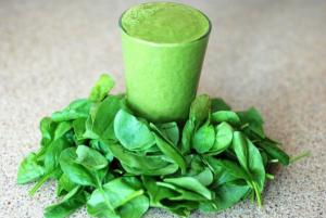 grüner Stuhlgang - chlorophyllhaltige Nahrungsmittel - Spinat, Salat